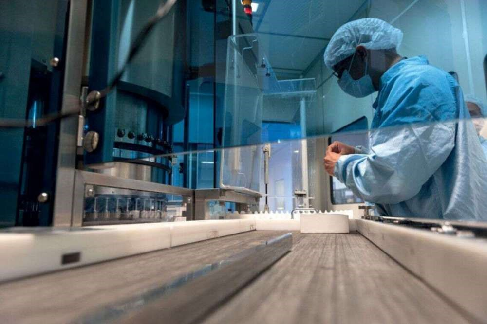 O Instituto Butantan receberá também material para produzir doses da CoronaVac no Brasil.