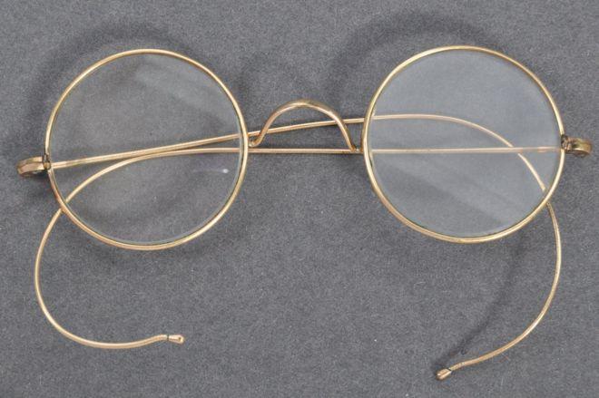 Considera-se que estes foram uns dos primeiros óculos de Gandhi. (Fonte: East Bristol Auctions)
