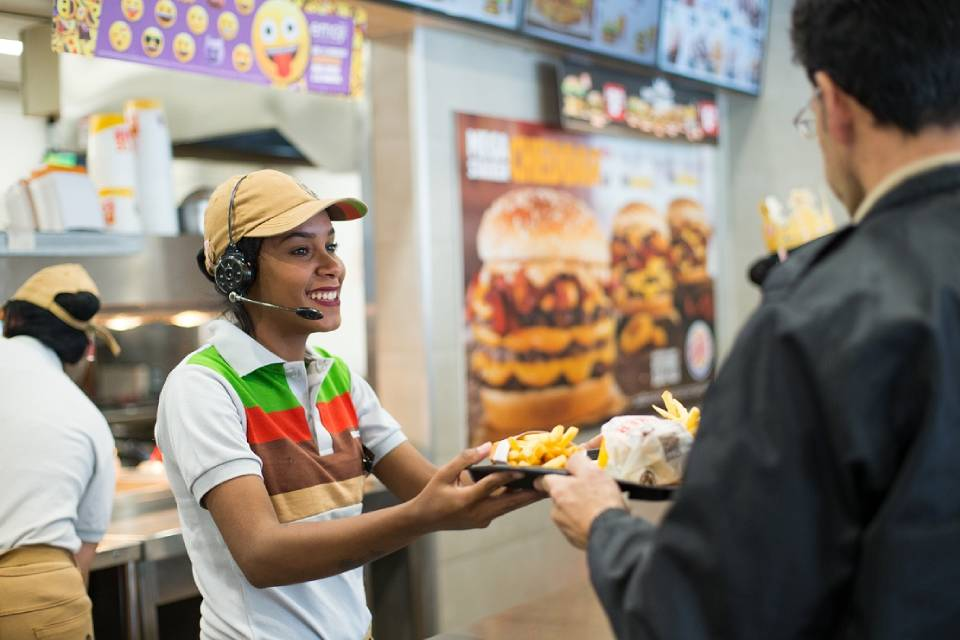 Burger King implementa assistente de IA da IBM para colaboradores