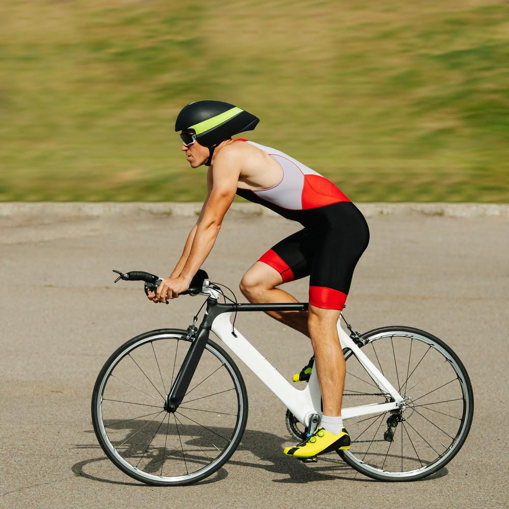 Homem correndo de bicicleta
