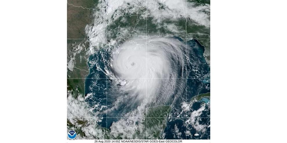 Imagem de satélite da Administração Oceânica e Atmosférica Nacional dos Estados Unidos (NOAA) mostra a tempestade se movimentando sobre o Golfo do México nesta quarta-feira (26)