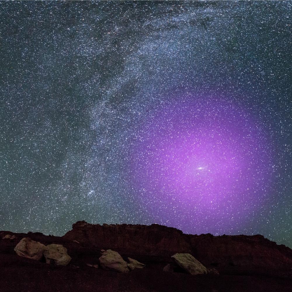 Nessa representação artística, é possível ver como o halo gasoso de Andrômeda seria visto da Terra, se pudesse ser observado a olho nu.