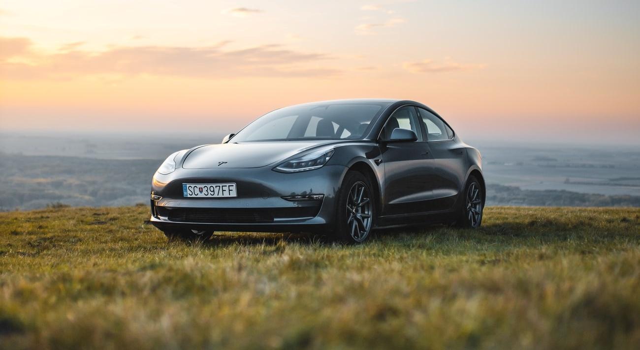 Tesla Model 3 emite 65% menos poluentes que Mercedes-Benz Classe C, segundo estudo.