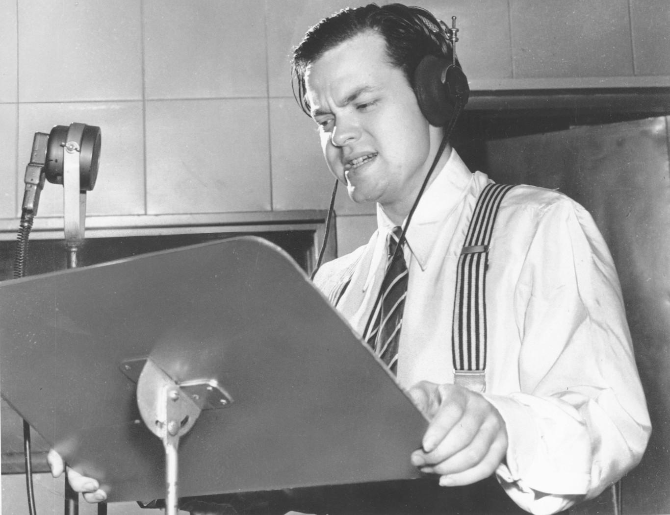 """Transmissão de rádio por Orson Welles comunicando uma invasão alienígena falsa em """"Guerra dos Mundos"""" (Fonte: Magnet/Xataka/Reprodução)"""