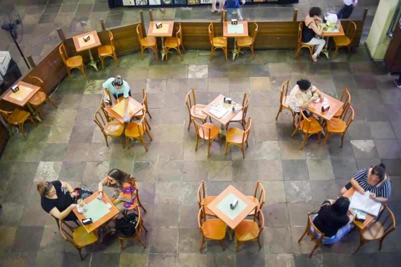Bares e restaurantes precisam manter distanciamento entre as mesas