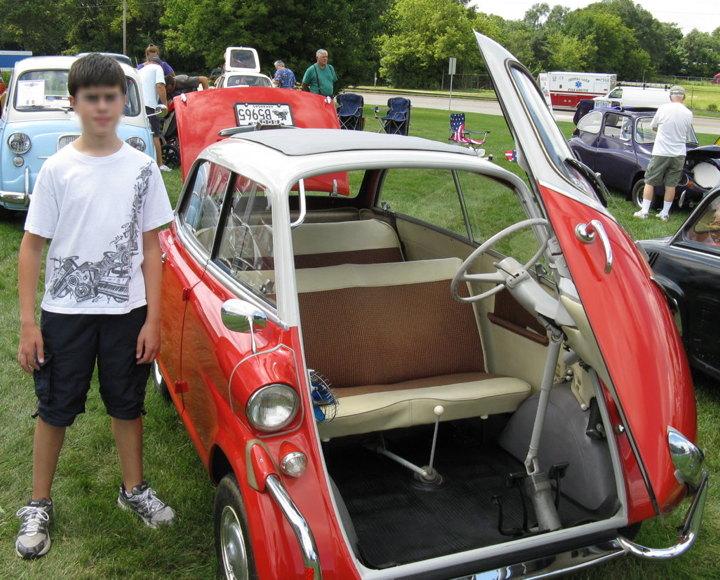 Sim! A porta do Isetta abria para frente. E, na Europa, foram fabricadas versões para quatro pessoas. (Fonte: Wikimedia Commons/Reprodução)