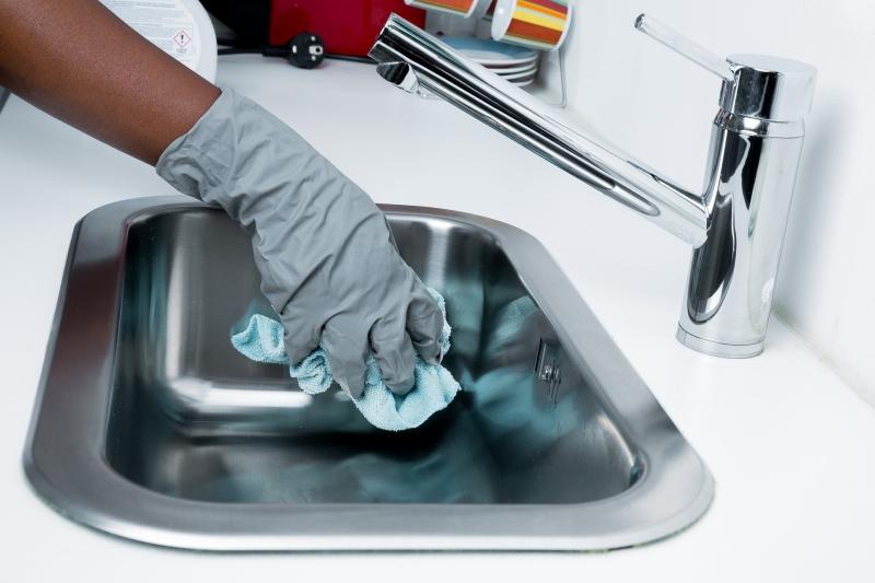 Luvas e máscaras protegem os trabalhadores domésticos