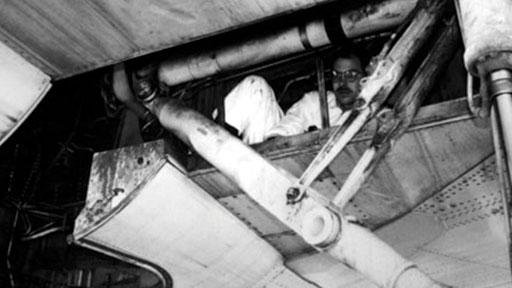 Homem encontrado escondido em compartimento de avião. (Fonte: Aviation Security International/Reprodução)