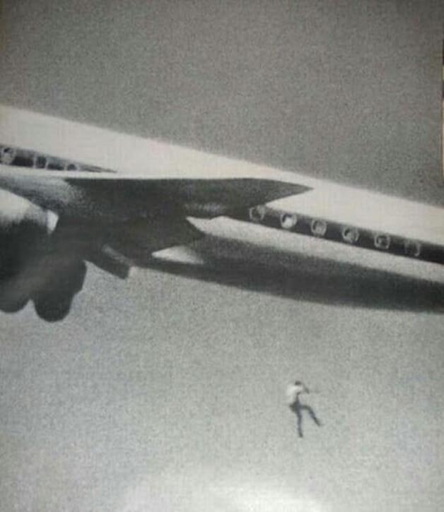 Keith Sapsford caindo do avião. (Fonte: Hypeness/Reprodução)