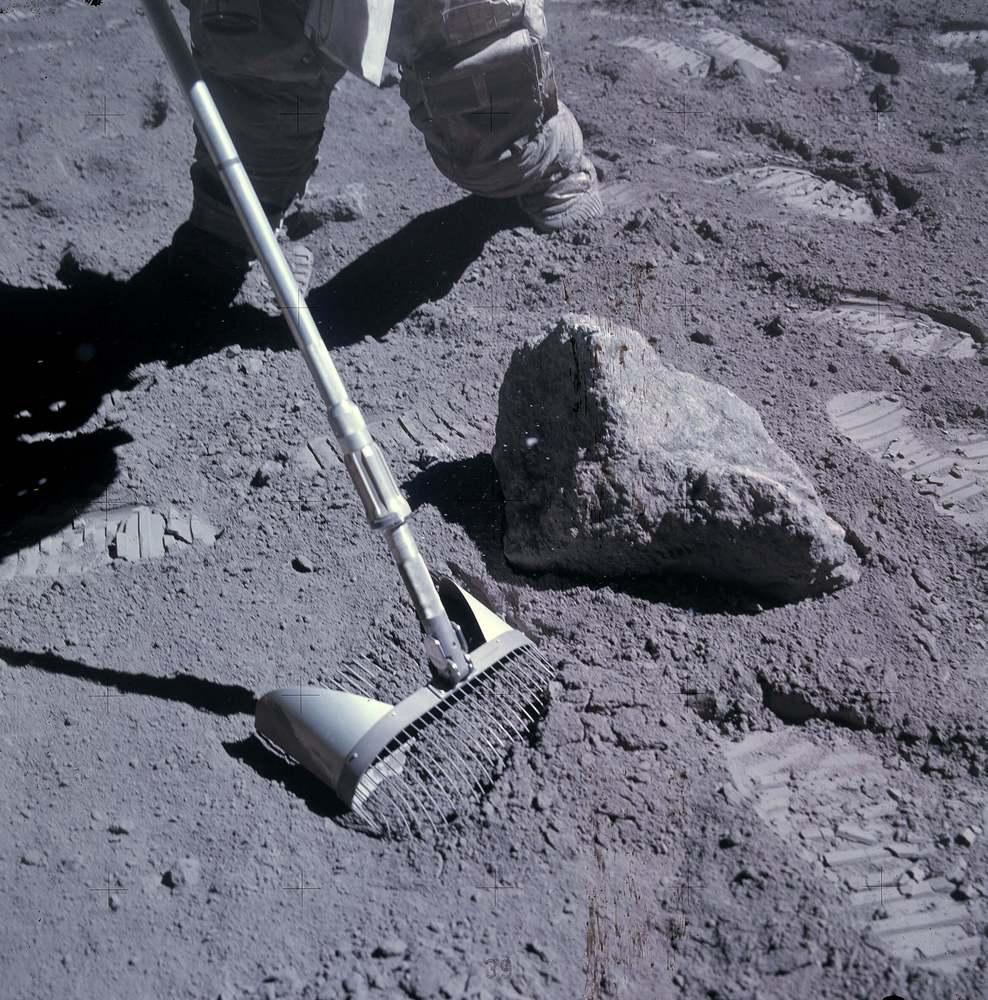 Amostras do regolito lunar foram trazidas pelas missões Apolo (na foto, o astronauta John Young recolhe a poeira lunar).