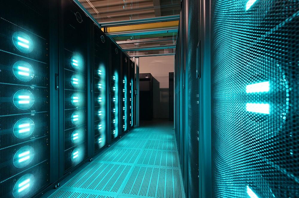 O Mistral, supercomputador alemão que necessita de resfriamento contínuo, roda experimentos complexos com modelos numéricos do sistema climático.