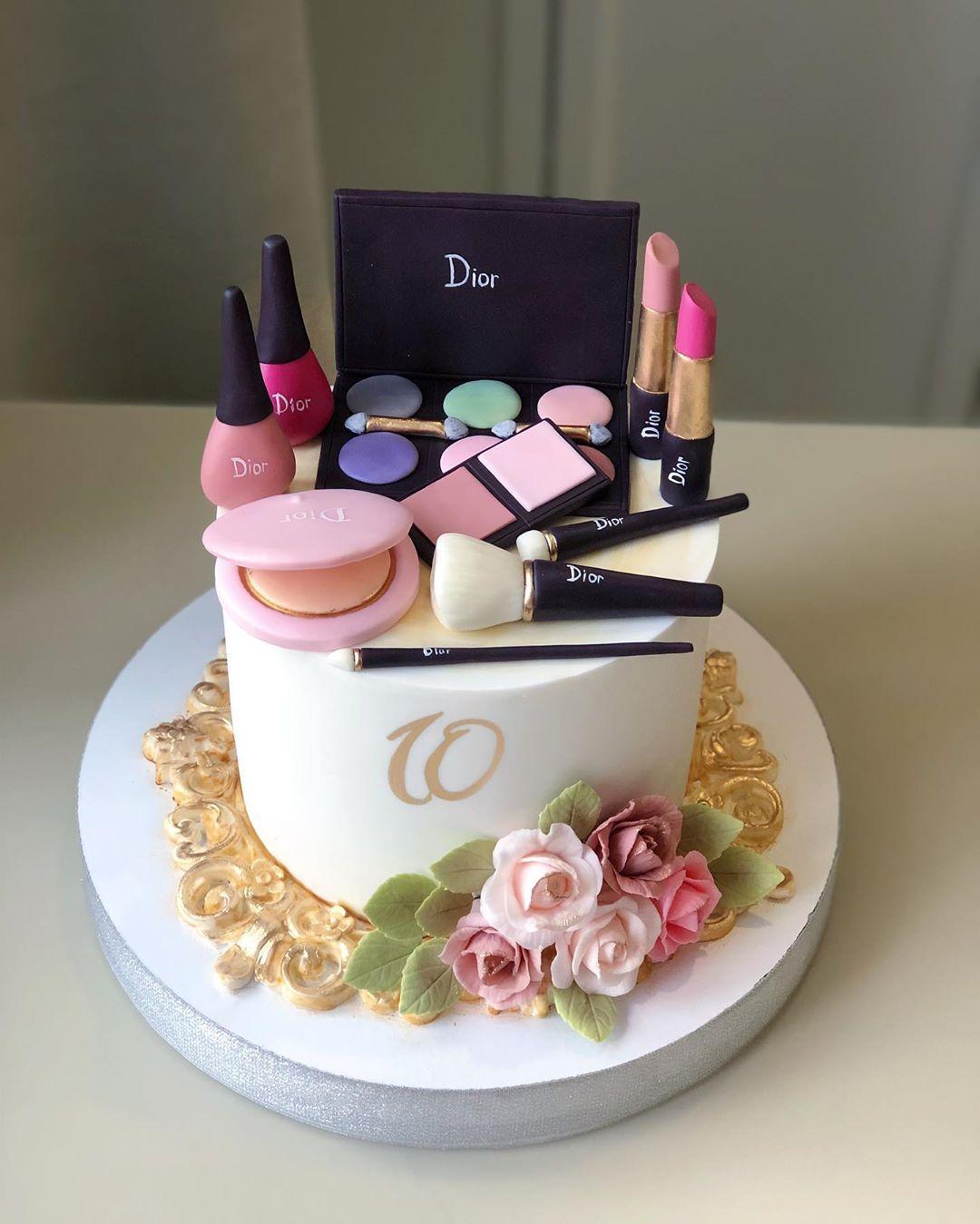 Um bolinho para aquela sua colega que precisava comer maquiagem para ficar bonita por dentro (Fonte: Instagram/Reprodução)
