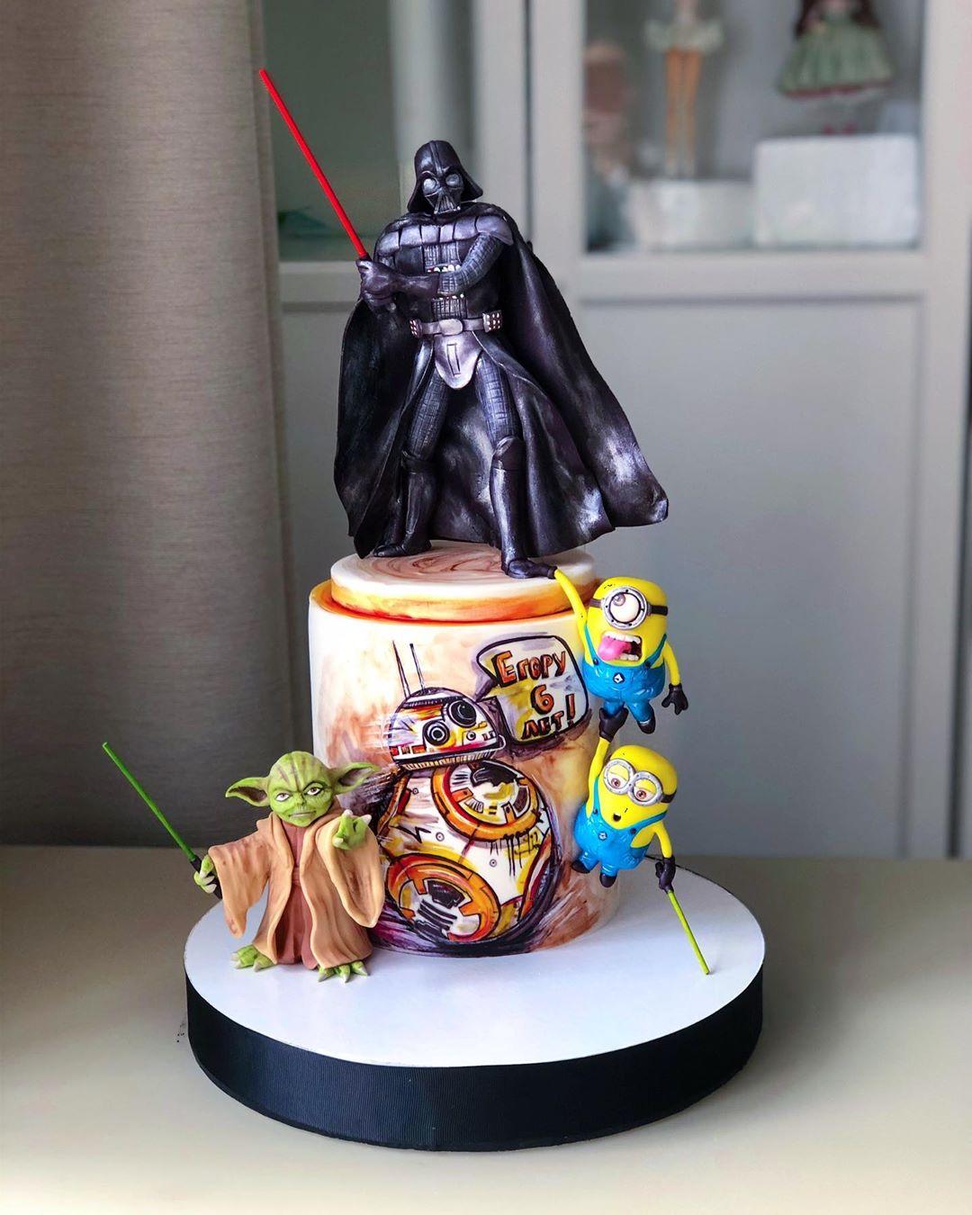 A gente não entendeu o que os minions estão fazendo num bolo de Star Wars... Mas as figuras estão ótimas! (Fonte: Instagram/Reprodução)