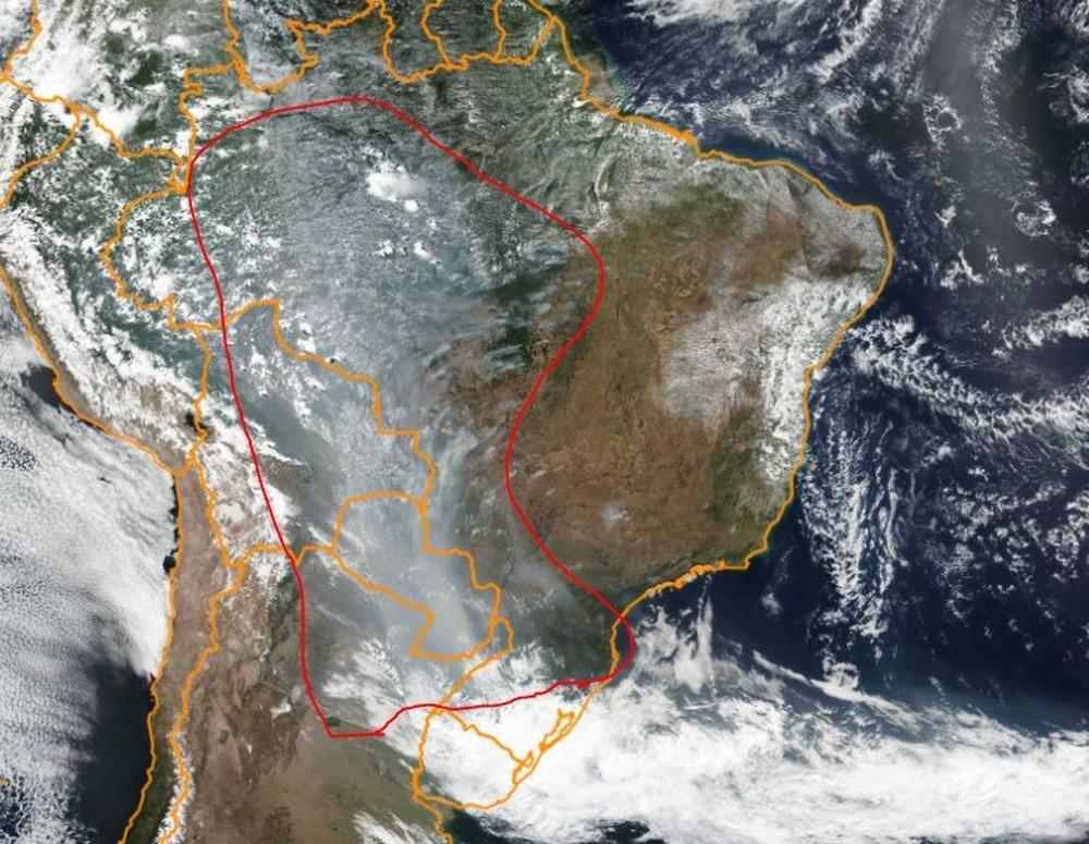 A fumaça (marcada em vermelho) está descendo o país, empurrada pelos ventos.
