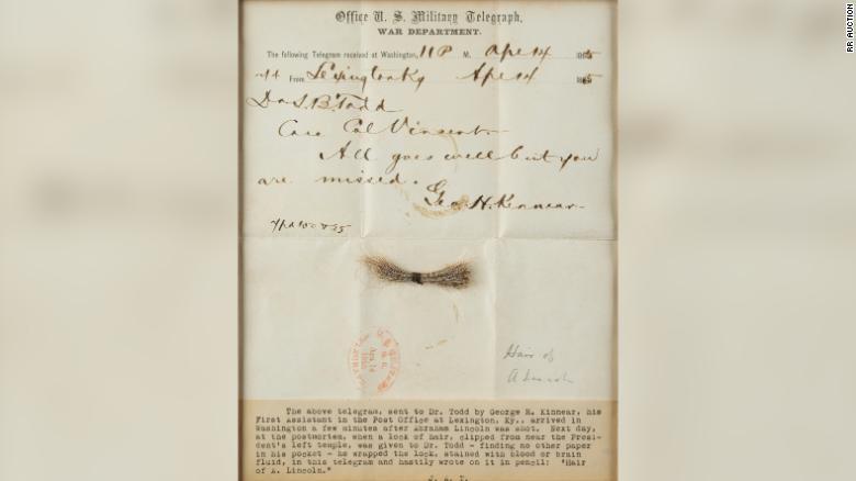 O telegrama e a mecha de cabelo de um dos mais famosos presidentes dos Estados Unidos. (Fonte: RRAuciton / Divulgação)