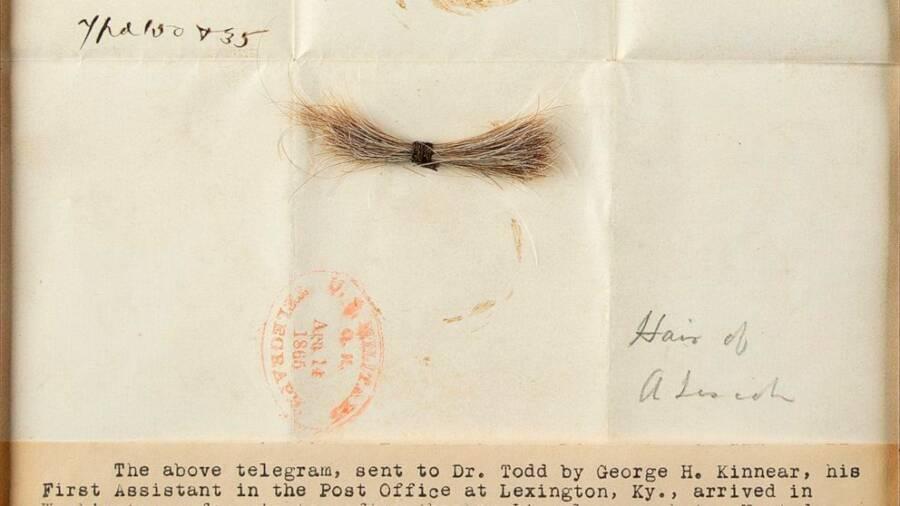 """A pequena mecha com a letra do médico com os dizeres: """"Cabelo de A. Lincoln"""". (Fonte: RRAuction / Divulgação)"""