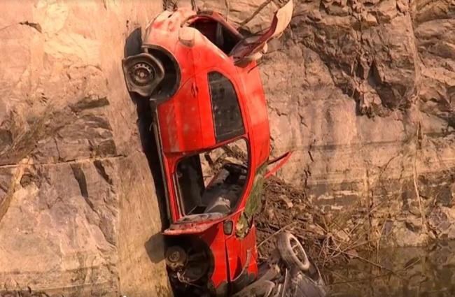 O modelo vermelho chamou a atenção entre os veículos submersos, devido à sua posição (Fonte: TV TEM/Reprodução).