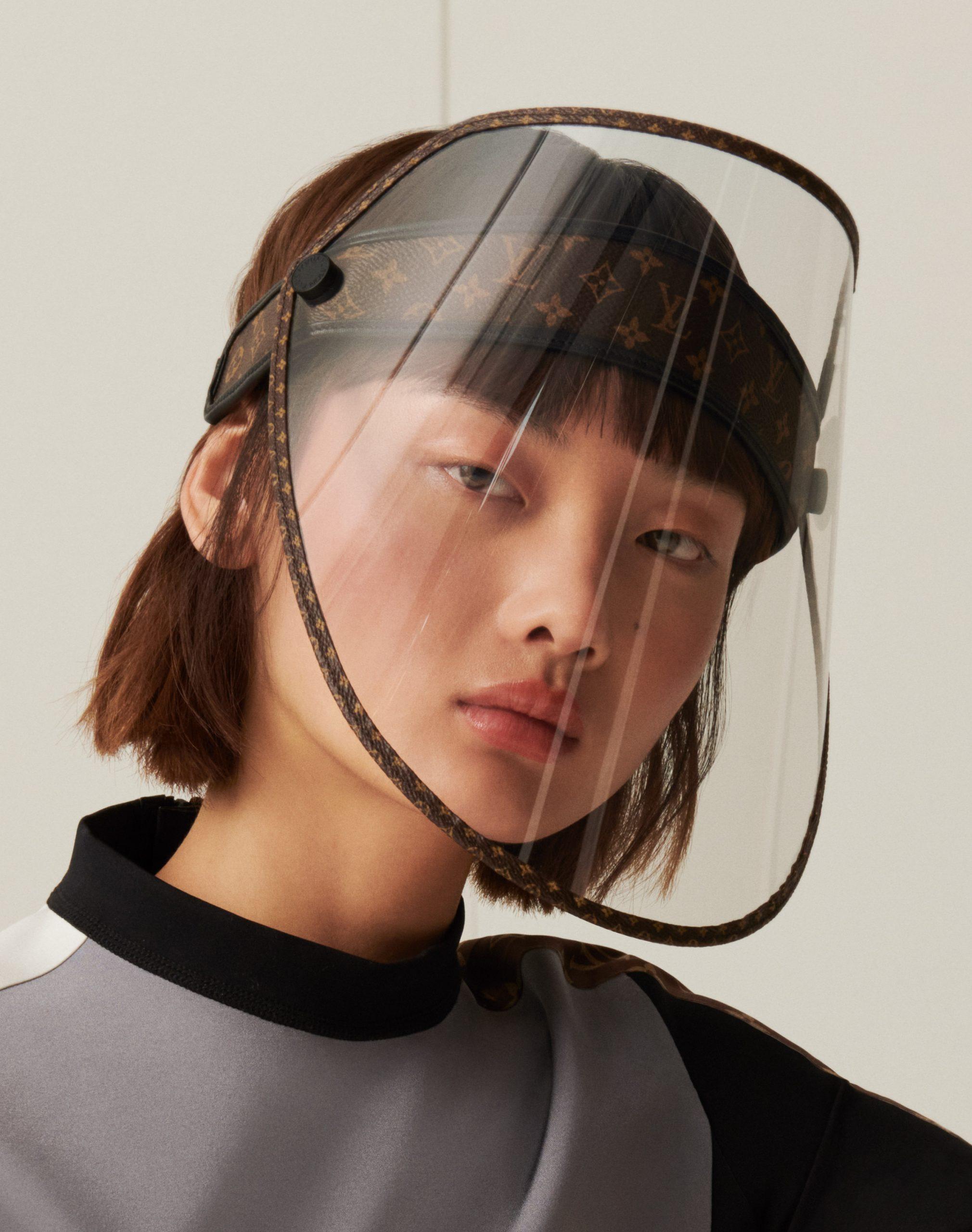 A face shield tem o famoso monograma da marca, que é imitado por diversos produtos. (Fonte: Louis Vuitton/Divulgação)