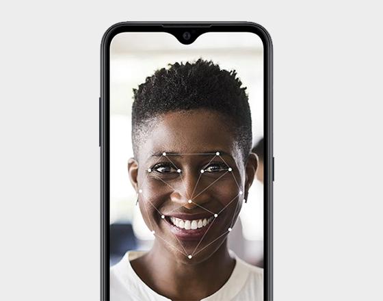 Na parte de segurança, o smartphone oferece sistema de reconhecimento facial