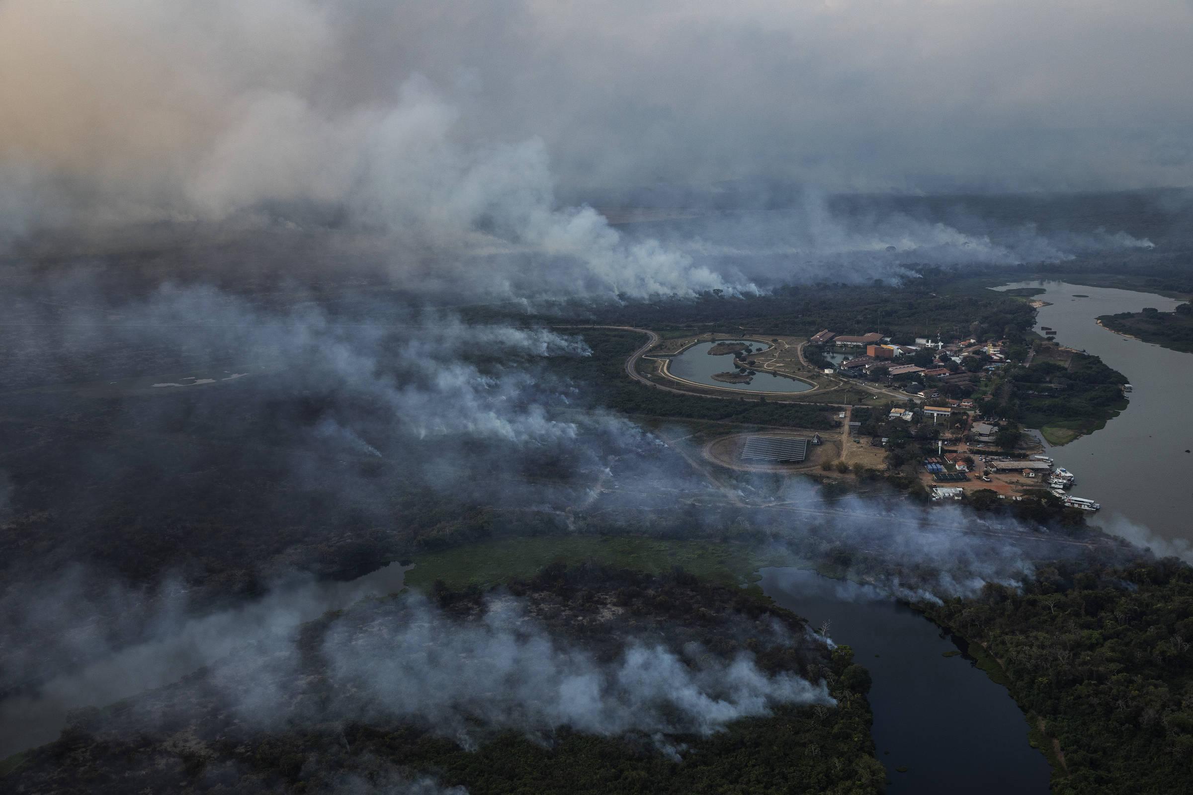 Incêndio florestal nos arredores do hotel Sesc Porto Cerrado na região do Pantanal, Mato Grosso do Sul, município de Poconé