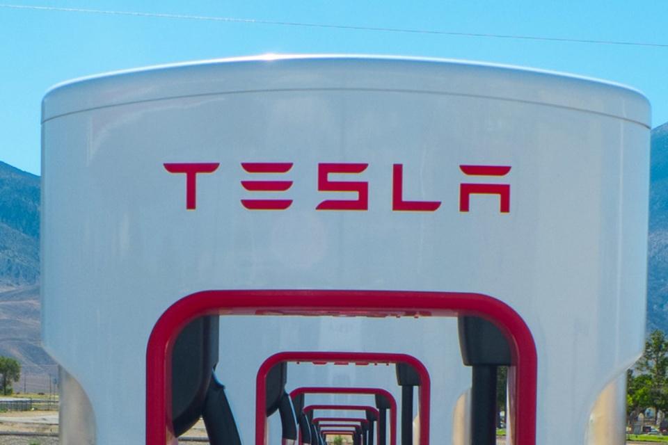 Elon Musk pode anunciar nova bateria e 'independência' da Tesla hoje