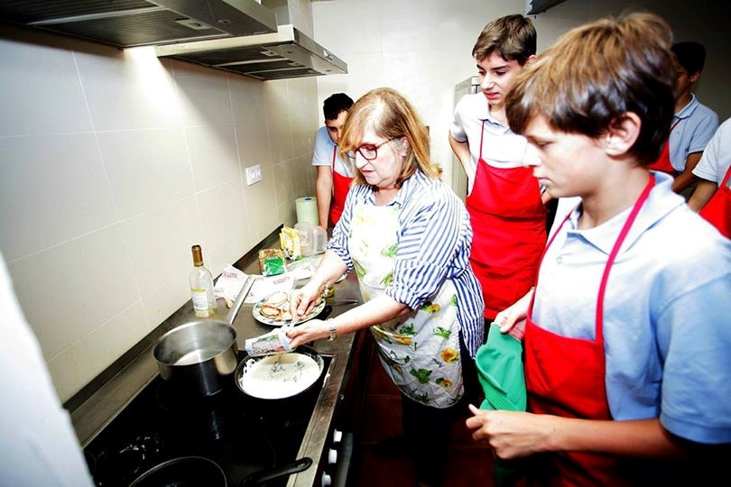 Meninos aprendendo tarefas na cozinha
