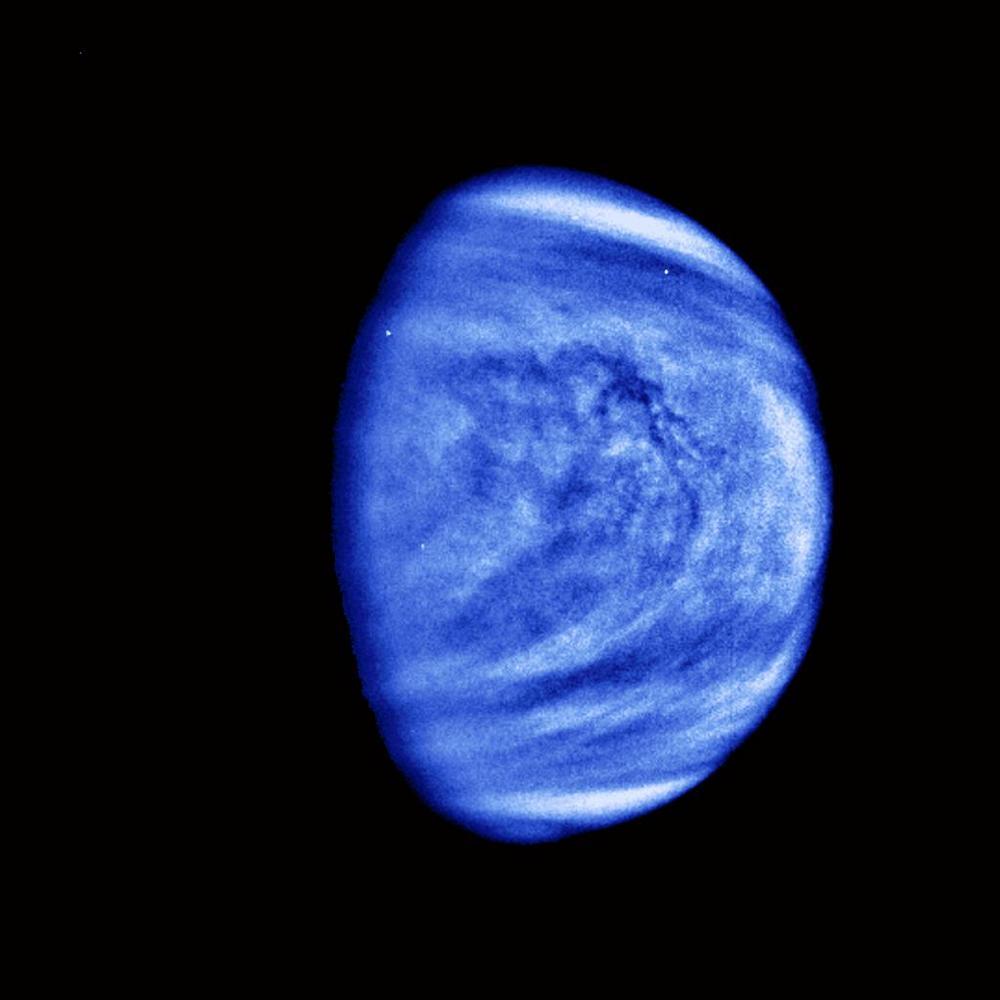 As nuvens sulfúricas de Vênus aparecem coloridas artificialmente em azul na imagem capturada pela sonda Galileo em fevereiro de 1990.