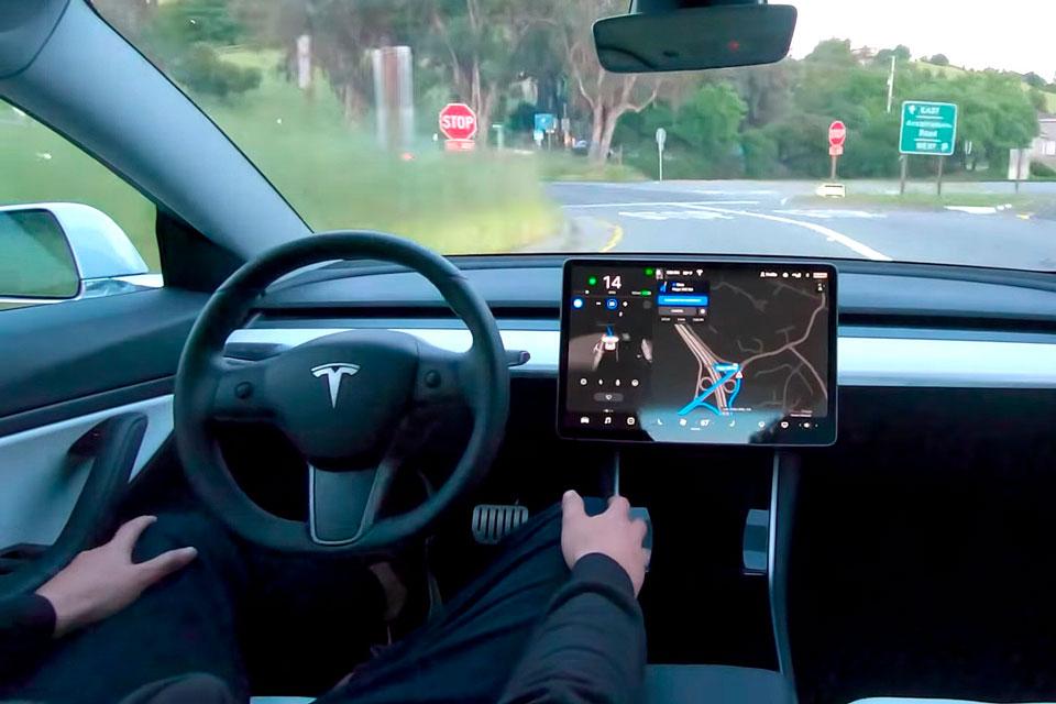 Autopilot da Tesla ganha atualização para passar no sinal verde