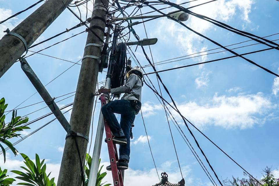 Exploradores de postes: agências propõem que terceiros cuidem de fios