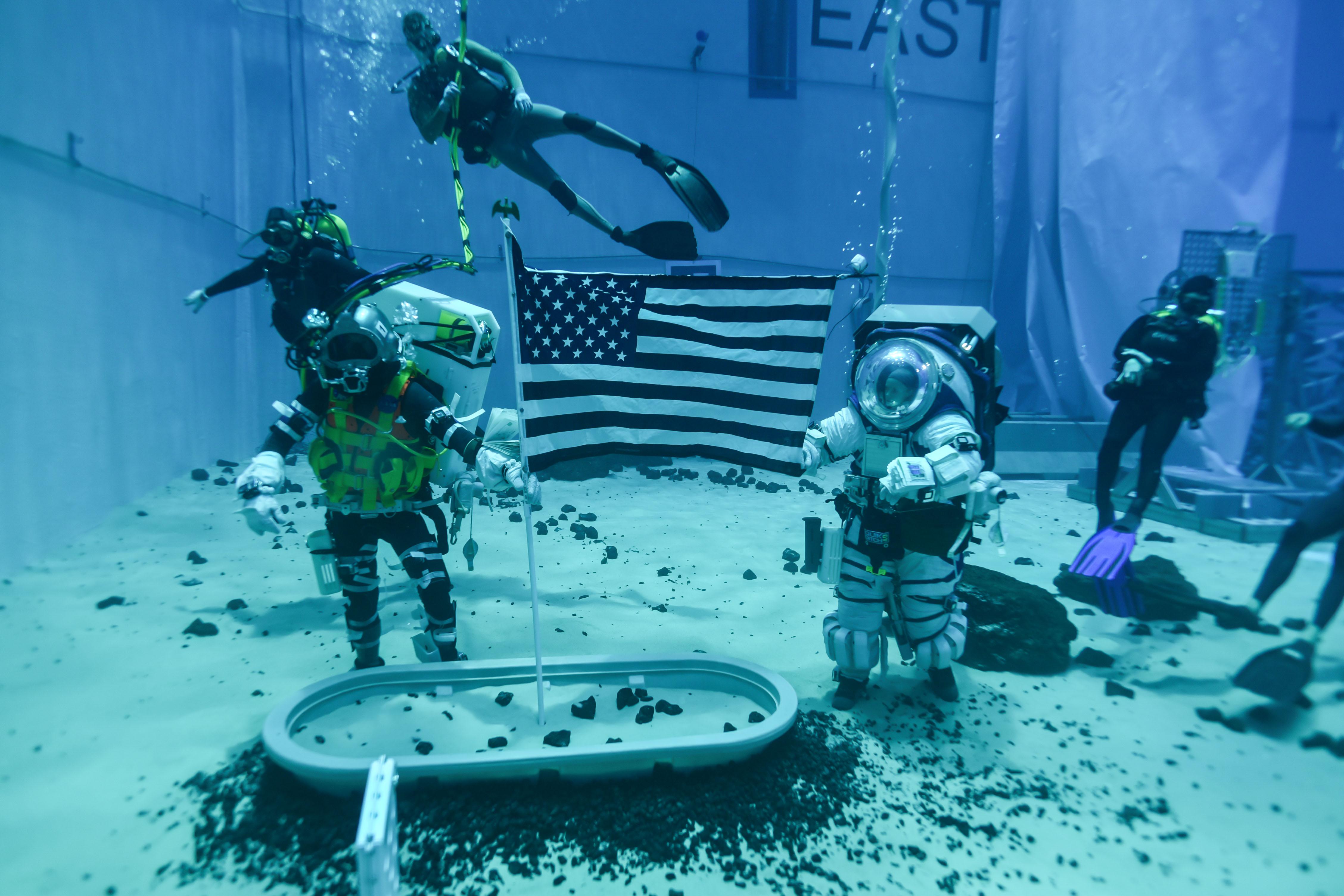 Testes são realizados em uma piscina gigantesca.