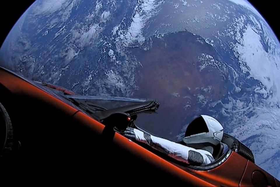 Carro da Tesla que viaja no espaço se aproxima de Marte