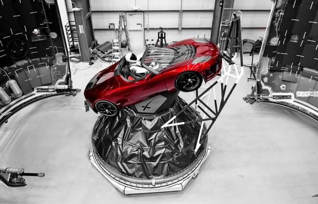 O carro foi montado no estágio superior do foguete.