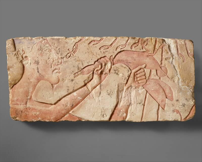 Aquenáton sacrificando um pato. (Fonte: Metropolitan Museum of Art/Reprodução)