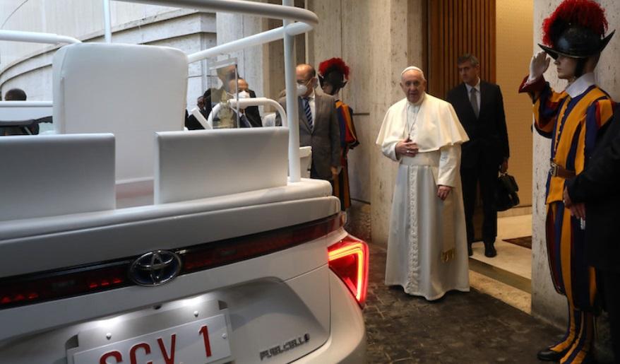 O papa Francisco recebeu o veículo no Vaticano em uma cerimônia oficial.