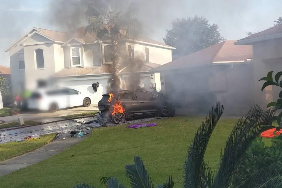 Elétrico Chevrolet Bolt pega fogo estacionado sem causa aparente [vídeo]