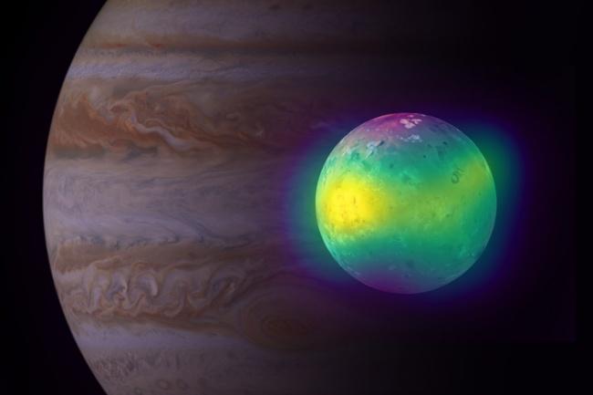 Io, em primeiro plano, e Júpiter, ao fundo.