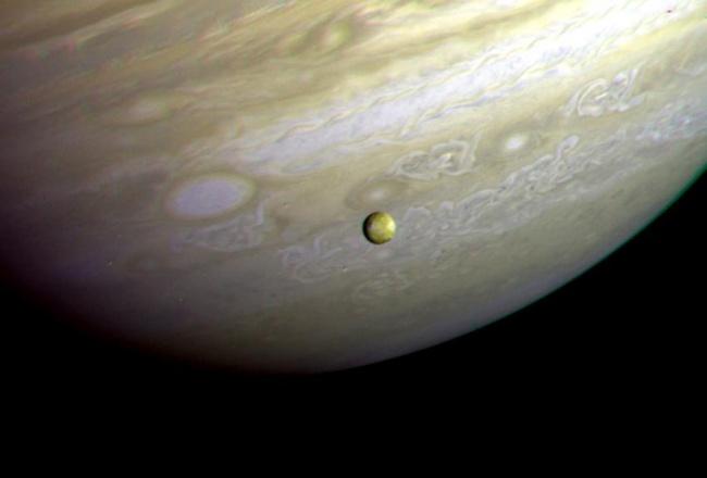 Foto de Io feita em 1979, pela missão Voyager.