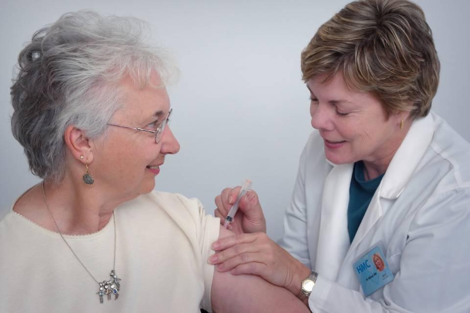 Vacina de Oxford induziu 'fortes respostas imunes' em idosos