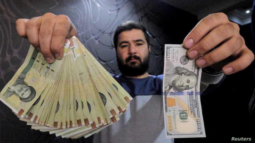 Doleiro posa com uma nota de US$ 100 e seu correspondente em riais iranianos (esquerda).