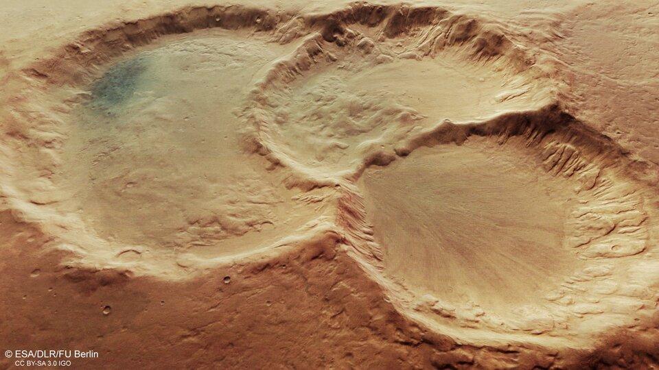 O maior círculo da cratera possui cerca de 45 km de diâmetro. (Fonte: ESA, DLR, FU Berlin / Divulgação)