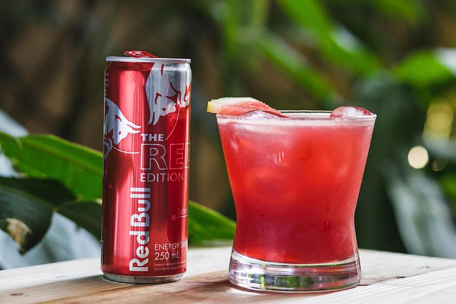 O fabricante recomenda a mistura apenas com sucos naturais para compor drinks. (Fonte: Red Bull/Divulgação)