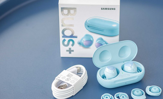 Fone de ouvido da Samsung tem suporte ao carregamento rápido.