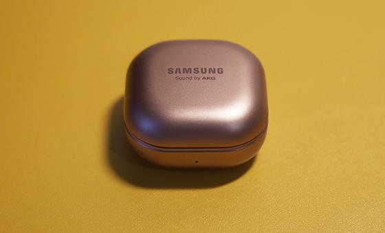 Bateria é adequada para uso do dia a dia e tem suporte ao carregamento rápido.
