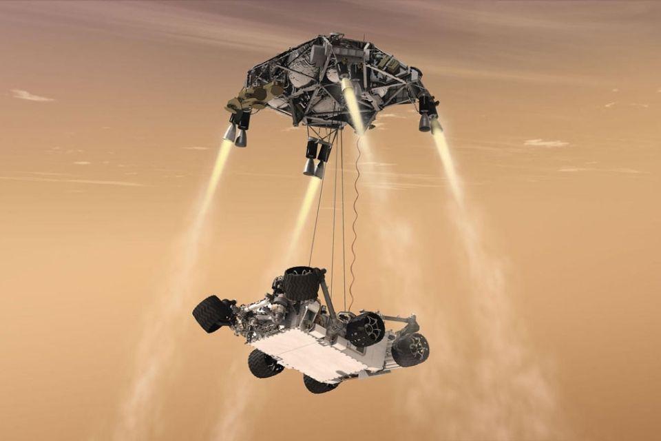 Manobra do guindaste no céu, durante a descida do rover Curiosity da NASA até a superfície marciana.