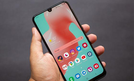 Celular da Samsung possui design simples e tela Super AMOLED.