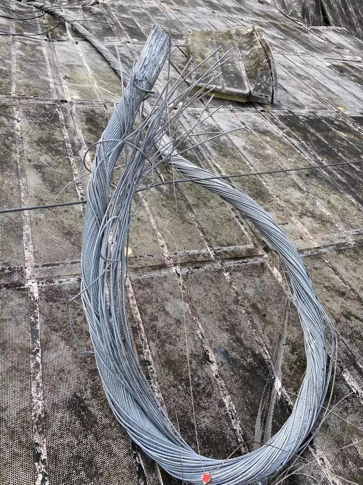 O cabo auxiliar que quebrou em agosto, de 7,5 cm de diâmetro, pesava 30 quilos por metro; mais de 200 metros de aço desabaram na antena.