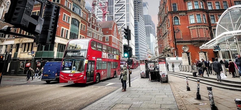 Carros e vans a gasolina serão proibidos no Reino Unido após 2030