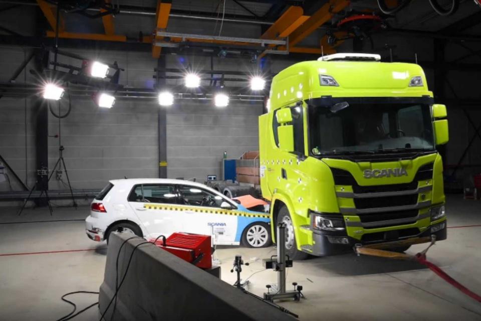 Scania testa resistência das baterias de seu caminhão elétrico [vídeo]