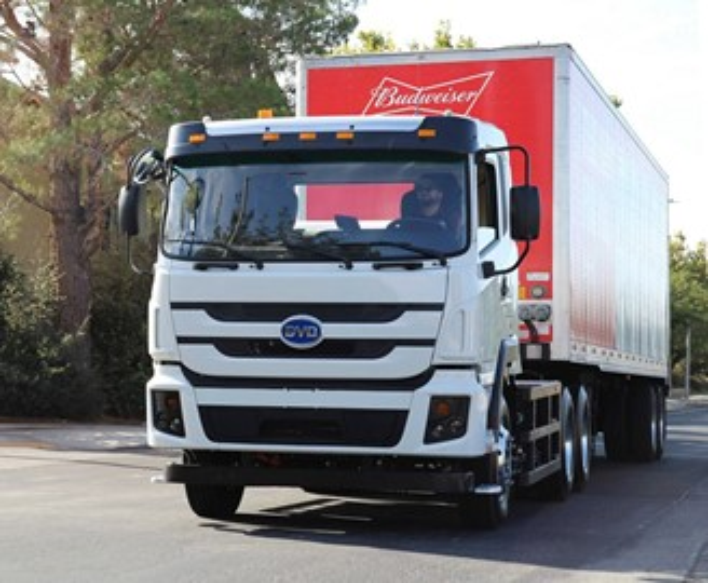 A chinesa BYD é a maior fornecedora de caminhões elétricos para os EUA.