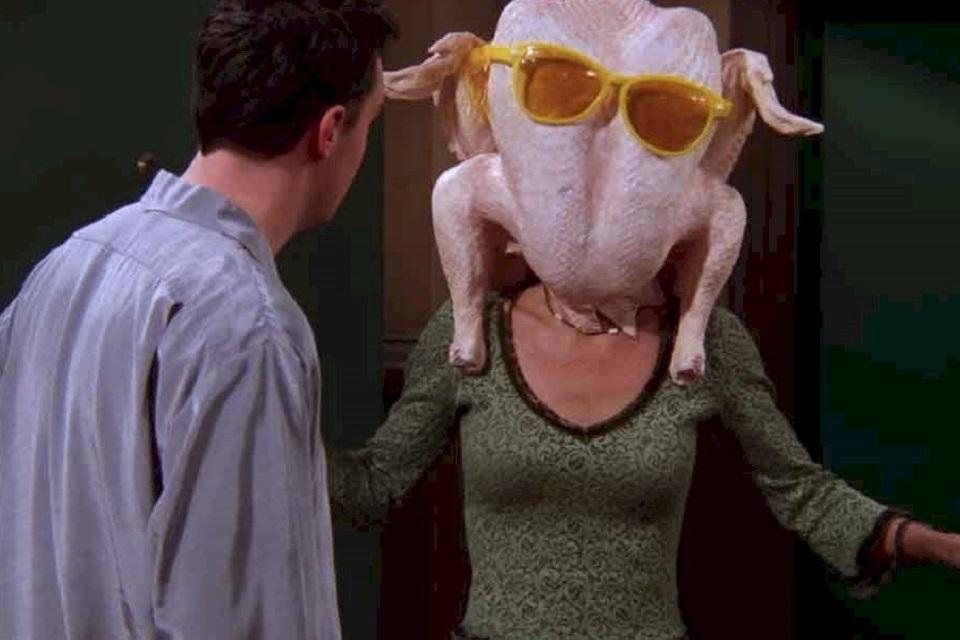 Courteney Cox recria cena famosa de Friends com peru na cabeça; assista!